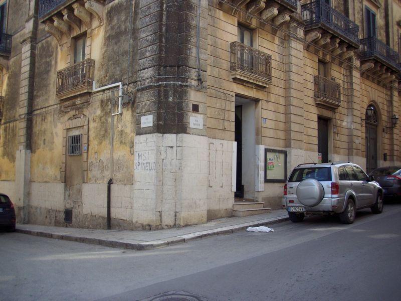 Locale commerciale al piano terra di un palazzo antico, ristrutturato e centralissimo. Il locale può anche essere diviso in base alle esigenze, in quanto ha tre entrate indipendenti.     ...