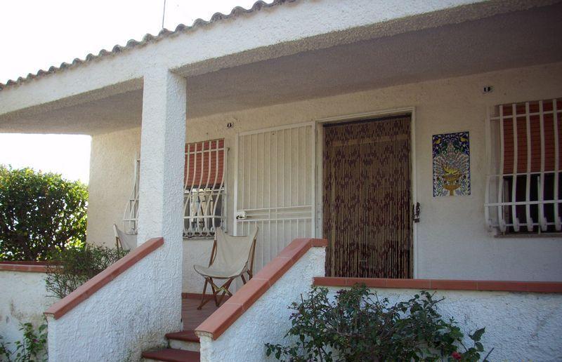 A circa 350 m dal mare, villa singola di 100 mq + 80 mq di veranda, con grande giardino privato. All