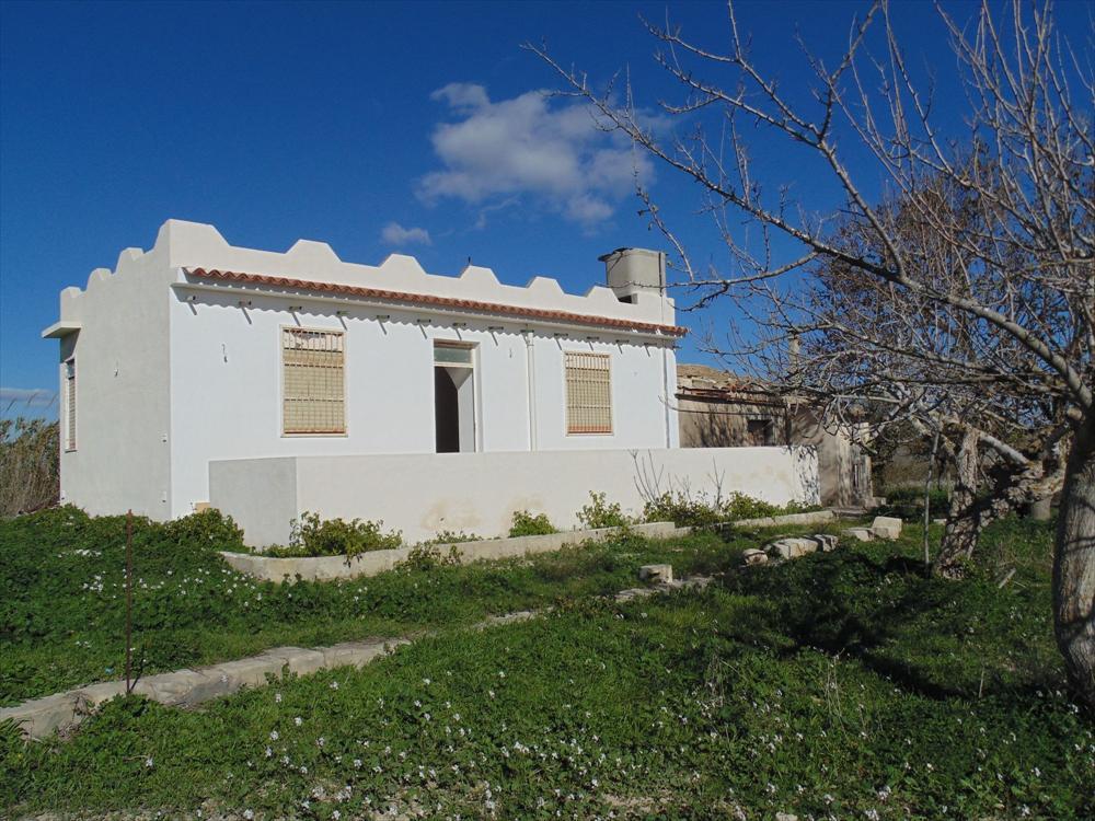 A 1,5 km dal mare vendesi villa singola 100 mq circa  da ristrutturare con terreno di pertinenza di 20.000 mq.  ...