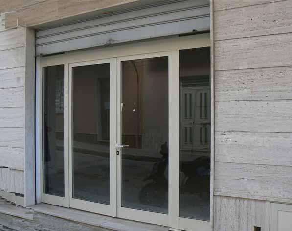 Locale commerciale di mq 54, comunicante con appartamento di mq 54 con cucina-soggiorno, camera da letto, bagno, lavanderia + mansarda con 2 camere.  ...