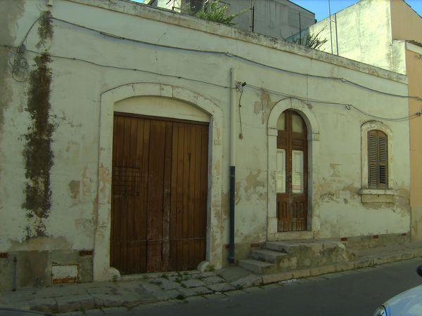 Casa singola da ristrutturare in ottima zona, a pochi metri dal centro storico e dalla villa comunale. Ottimo investimento.  ...