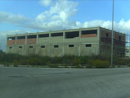 Nella zona artigianale di Modica, su due vie un ampio capannone per uso deposito o magazzino. Ampio scoperto esterno da adibire a giardino e  posti auto, di circa 1000 mq. L