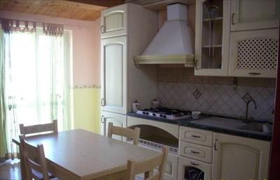 Appartamento in affitto solo per brevi periodi, composto da cucina-soggiorno, camera matrimoniale e 2 camerette per complessivi 5 posti letto  ...