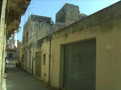 Casa singola su tre livelli, zona Santa Teresa nei pressi del famoso ristorante la Gazza Ladra a due passi dal centro storico. Con garage.  ...