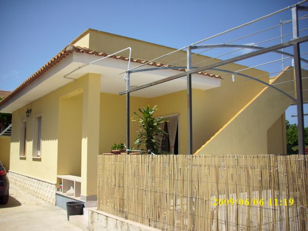 villa singola a 70 m dal mare con cucina - soggiorno , 3 camere da letto con 7-8 posti letto , veranda , posto auto e servizi esterni.   ...