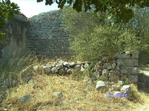 Antico casolare in zona panoramica e storica, con vista sulla bellissima cava Eremo di Croce Santa. L
