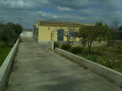 Casa in campagna in c/da S. Bartolomeo, zona abitata e ricca di verde a pochi chilometri da Scicli con 3 tumoli di terreno. Ottima per casa vacanze.  ...
