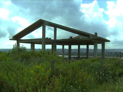 Struttura panoramica con vista su Ragusa Vendesi. Composta al piano terra di mq 380 al primo piano di mq 180 e mansarda di mq 65 con terreno di mq. 4000.  ...