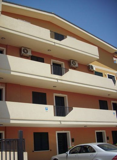 Appartamento ammobiliato e climatizzato a pochi metri dal mare,  vicinissimo al centro storico di Marzamemi con cucina-soggiorno, 2 camere da letto, bagno,posto auto.   ...