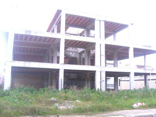 Struttura in cemento armato di recente costruzione, zona ottima,  Mq. 240 per piano, disponibilità di vendita anche separatamente per appartamenti di 120 mq.  ...