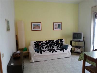 Appartamento ammobiliato, con cucina - soggiorno, due camere da letto e bagno.     ...