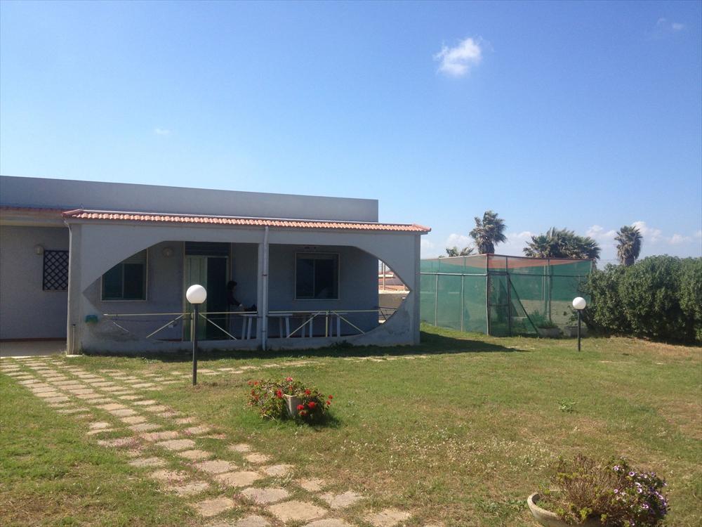 Villa singola con giardino con vista mare, a 500 m circa dal porto turistico di Marzamemi. Si compone di cucina, soggiorno, tre camere da letto, bagno, per un totale di sei posti letto.   ...