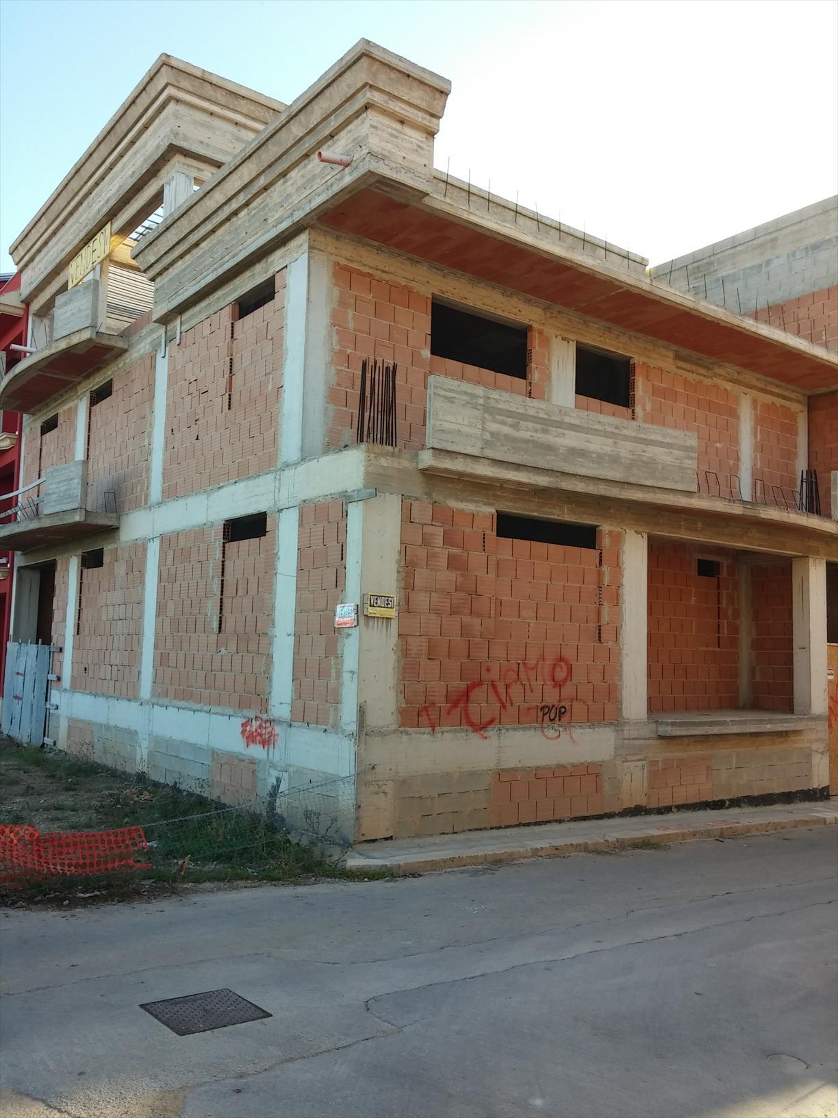 Struttura in cemento armato su tre livelli, con seminterrato, vano ascensore, divisibile anche in due comodi appartamenti. Da rifinire, in zona semicentrale.  ...