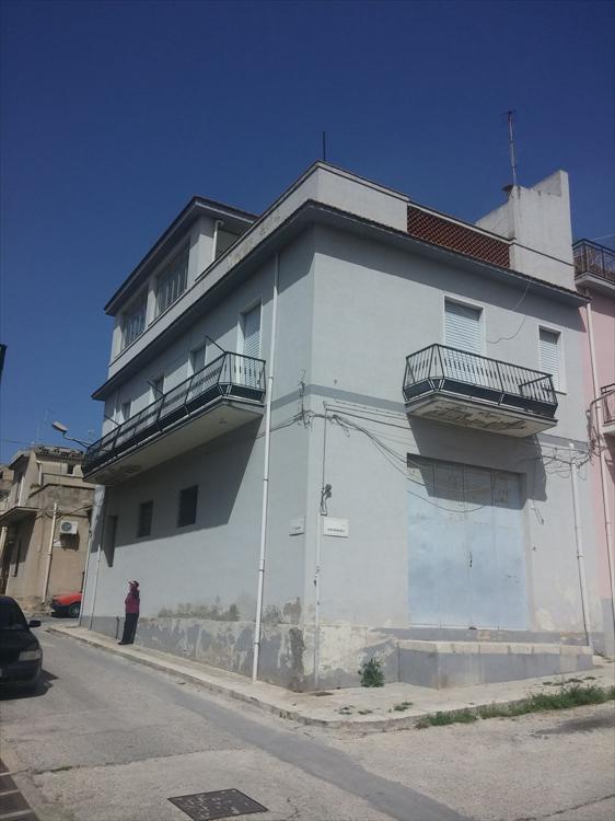 Casa indipendente prospetti su tre vie, composta al p.t. da garage rustico, al piano 1: tre camere da letto, cucina salone e bagno, terrazza mansardata.  ...