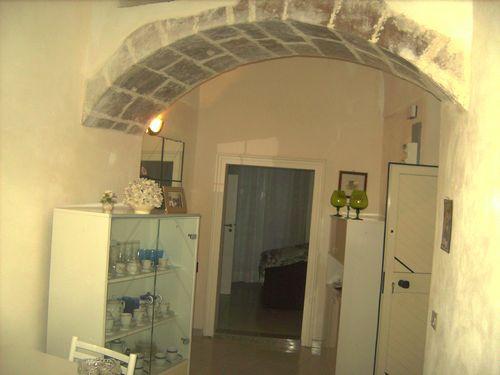 Casa nel centro storico di Modica, ristutturata e ben rifinita. Composta nel piano terra da una stanza con annesso bagno e nel piano superiore con entrata, cucina, soggiorno, stanza da letto,  ripostiglio e bagno. Ottimo affare.  ...